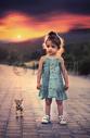 大自然晨曦中的女孩与虎仔图片