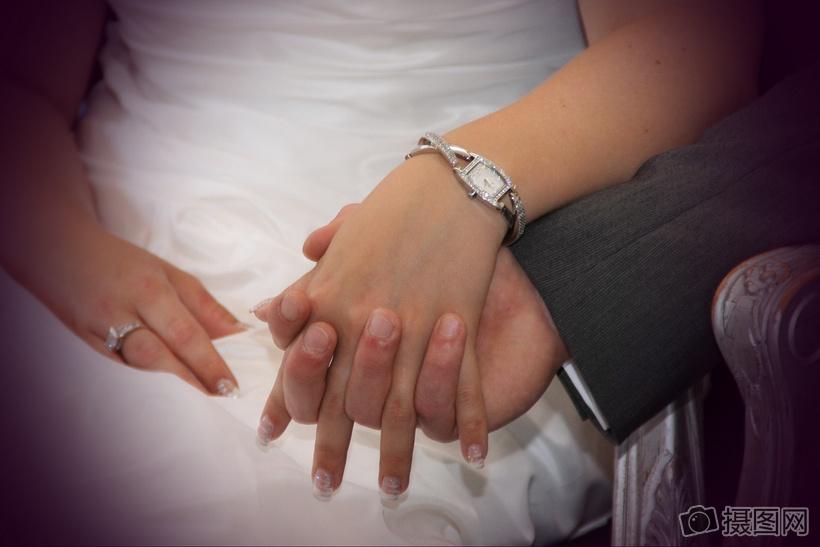 十指相扣的夫妻图片