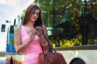 路上看手机的女孩图片