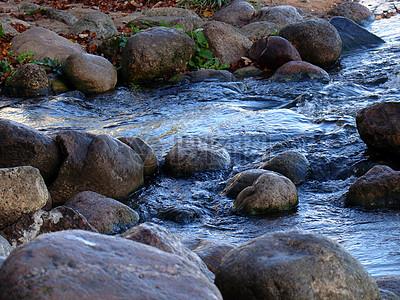潺潺流动的小溪图片