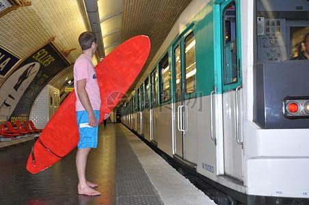 站台上拿着冲浪板的人图片