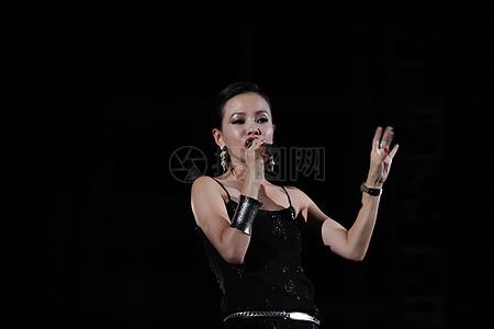 舞台上的歌手高清图片