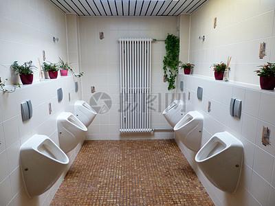 男子厕所的小便池图片