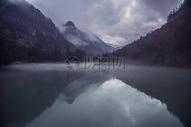 湖面上衬托着云雾缭绕自然景观图片