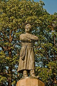 树木旁边的雕塑像图片