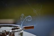 燃烧着的卷烟图片