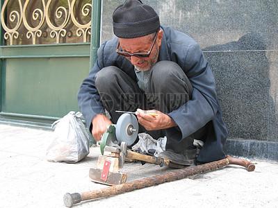 街头磨刀的艺人图片