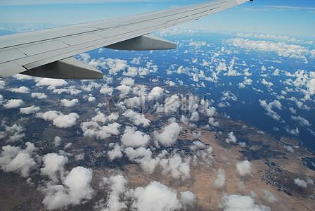 天空中的机翼图片