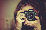 镜头后面的女子图片