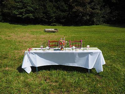 草地上的庆祝活动图片