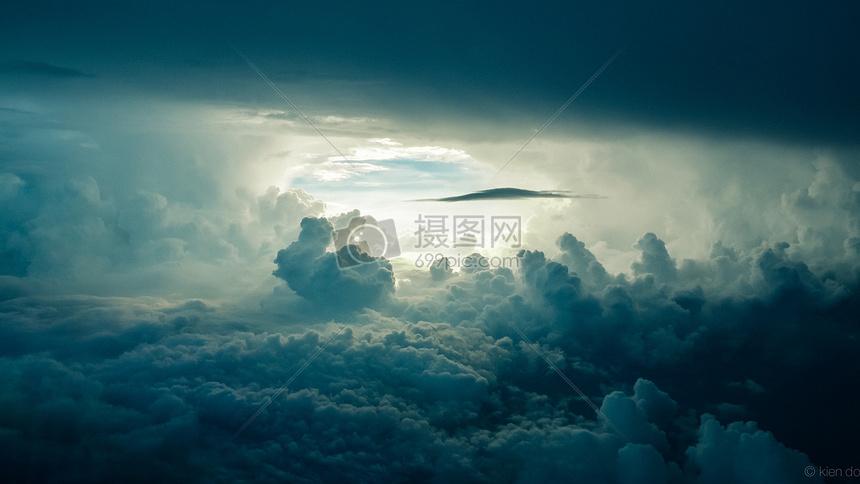 阳光透过乌云的天空图片