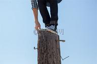 站在木桩上的人图片