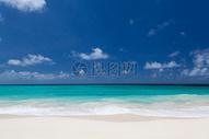 蓝天映衬下的海水图片