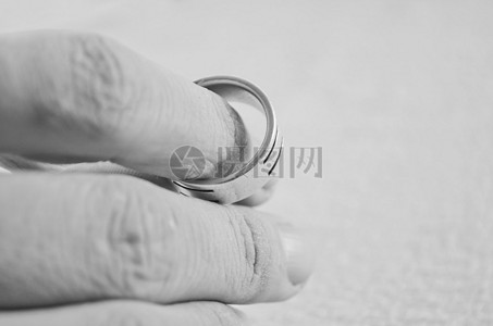 手拿结婚戒指图片