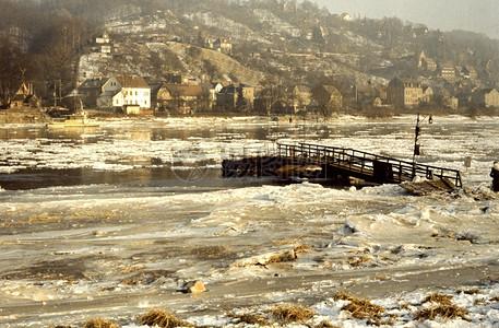 被冰冻的河流图片