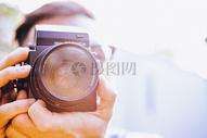 镜头后的摄影师图片