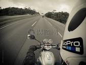 公路上的摩托车图片
