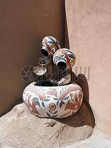 墙角的陶瓷花盆图片