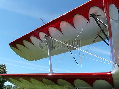 蓝天下的机翼图片