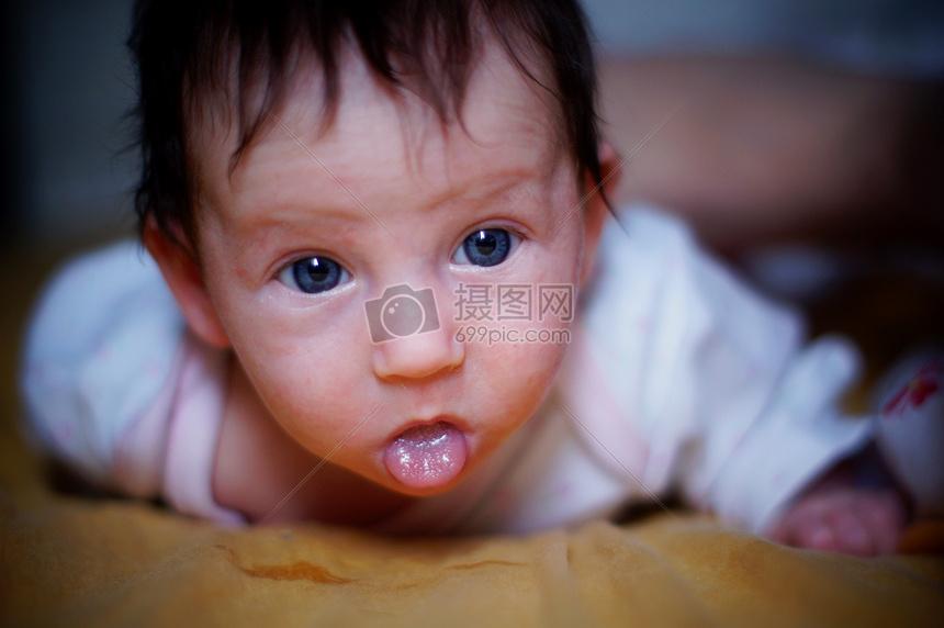 标签: 吐舌头舌头孩子可爱小巧趴着呆萌小孩吐舌头