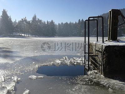 被冰冻的湖面图片