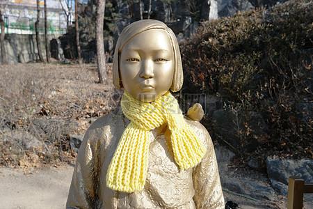 戴围巾的小女孩塑像图片