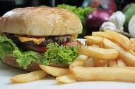汉堡包和炸薯条图片