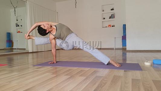 练习瑜伽的女人图片