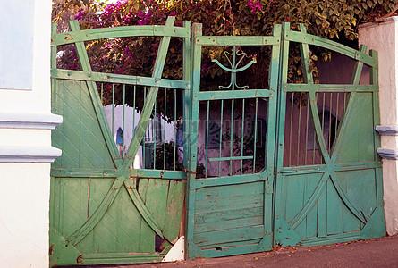 绿色的大铁门图片