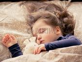 在床上熟睡的女孩图片