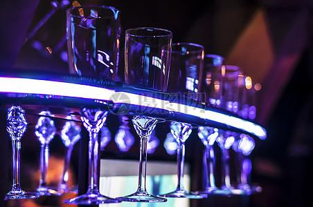 空的蓝色玻璃杯图片