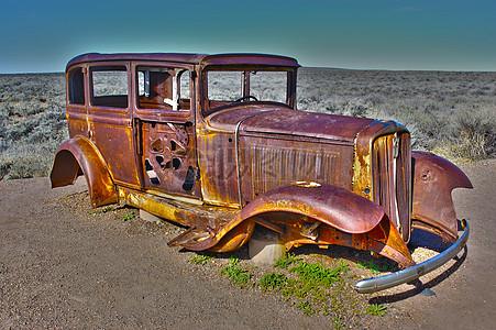 山地上的生锈车子图片