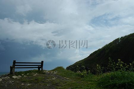 蓝天下的木椅子图片