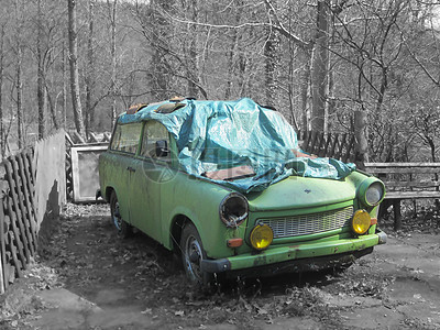 地面上的破旧汽车图片