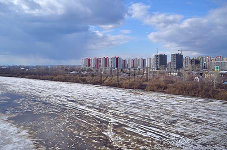 阴云下的冰冻河川图片