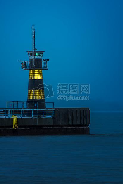 夜晚的海上灯塔