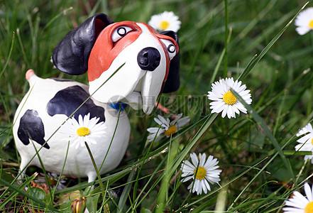 草地上的小狗塑像图片