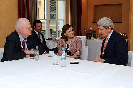 秘书克里聊天时与代表森森布伦纳和桑切斯在慕尼黑安全政策会议图片