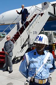 秘书克里抵达印尼巴厘岛,为亚太经合组织部长级会议图片
