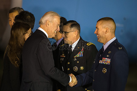 副总统拜登抵达韩国图片