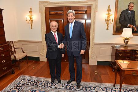 秘书克里握手国际原子能机构总干事天野之弥图片