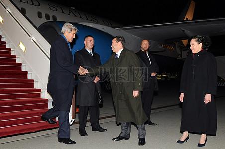 秘书克里迎接马尔大使和他的妻子经在波兰华沙抵达图片