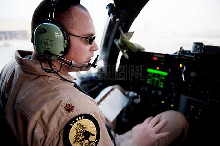 戴着耳机的军人图片