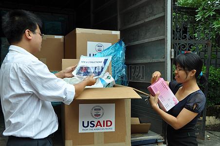 越南官员在2011年9月在视察新河内个人防护装备。图片