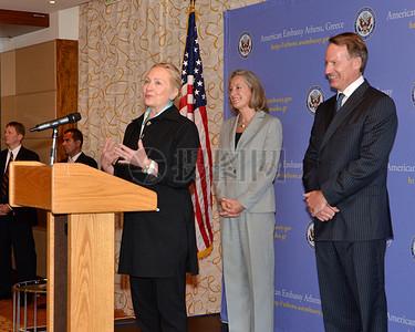 克林顿国务卿说,与雅典大使馆工作人员及其家属图片