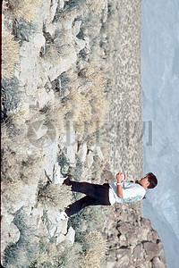 行走在荒漠中的男人图片