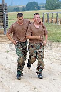 协力奔跑的军人图片