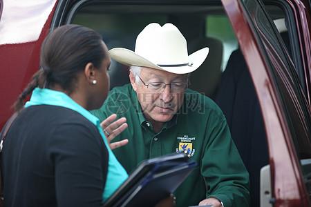秒。内政部长Ken Salazar抵达哈特福德,CT。图片