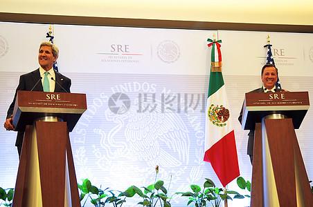 秘书克里,墨西哥外长梅亚德笑在联合新闻发布会在墨西哥城图片