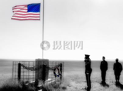 在国旗下敬礼的人图片